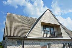 Tipo do frontão e do vale de construção do telhado A construção da casa do sótão da construção com tipos diferentes de telhado pr Fotografia de Stock