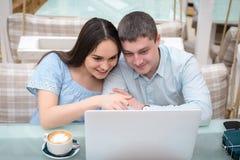 Tipo e ragazza che esaminano computer portatile Fotografia Stock Libera da Diritti