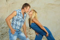 Tipo e ragazza in sabbia bianca Fotografie Stock