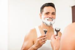 Tipo felice che si rade fuori dalla sua barba fotografia stock