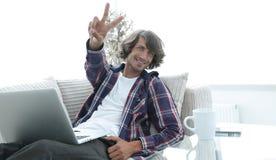 Tipo felice con un computer portatile che mostra un gesto di conquista Concetto di successo Immagine Stock Libera da Diritti