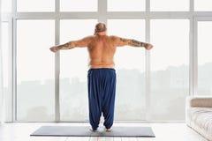 Tipo grasso che fa esercizio nella mattina Immagini Stock