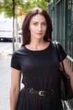 Tipo incorporado da mulher dos businees que está ao lado do statio do metro Foto de Stock