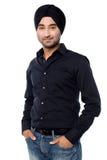 Tipo indiano isolato giovani che posa con indifferenza Fotografie Stock