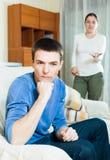 Tipo infelice con la moglie aggressiva Fotografie Stock Libere da Diritti