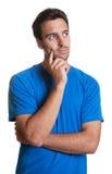 Tipo latino di pensiero in una camicia blu Fotografie Stock