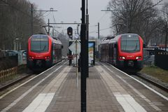 Tipo local NAMORADEIRA do assinante que corre para R-NET entre o antro aan Rijn do Gouda e do Alphen nos Países Baixos fotos de stock