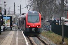 Tipo locale FLIRT del pendolare che è in corsa per R-NET fra la tana aan Rijn di Alphen e del gouda nei Paesi Bassi immagine stock libera da diritti