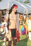 Tipo lungo non identificato dei capelli che verifica i venditori durante l'Anderson Town Pow Wow immagini stock libere da diritti