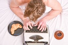 Tipo masculino historia o informe de las manos usando el equipo de la m?quina de escribir del vintage Escritura de rutina Ning?n  imagen de archivo