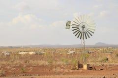 Tipo molino de viento de la escuela vieja en un campo Kenyan imagen de archivo