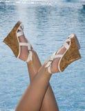 Tipo na associação através dos pés fêmeas Fotografia de Stock Royalty Free