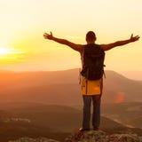 Tipo nelle montagne al tramonto Immagini Stock Libere da Diritti