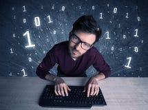 Tipo online del geek dell'intruso che incide i codici Fotografia Stock Libera da Diritti