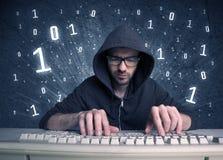 Tipo online del geek dell'intruso che incide i codici Fotografie Stock