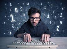 Tipo online del geek dell'intruso che incide i codici Fotografia Stock