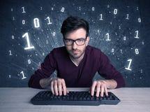 Tipo online del geek dell'intruso che incide i codici Immagine Stock Libera da Diritti