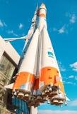 Tipo real cohete del ` de Soyuz del ` como monumento en el Samara, Rusia fotos de archivo