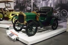 Tipo retro de Dion-Bouton del coche del vintage en el museo imágenes de archivo libres de regalías