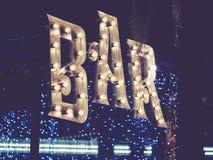 Tipo retro diseño del evento al aire libre de la decoración de las luces de la señalización de la barra fotos de archivo libres de regalías