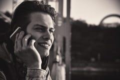 Tipo sorridente sveglio che parla sul telefono che sta sulla sposa Chiuda sul ritratto fotografia stock libera da diritti