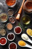 Tipo sortido especiarias e molhos da semente na tabela fotos de stock royalty free