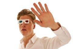 Tipo spaventato con i vetri di film 3d Immagine Stock