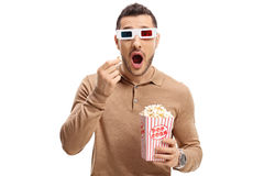 Tipo spaventato con un paio dei vetri 3D e del popcorn Fotografia Stock