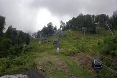 Tipo teleferica della gondola sul pendio di montagna Fotografia Stock