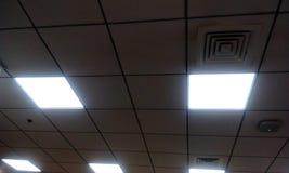 Tipo teto falso da grade no prédio de escritórios imagem de stock