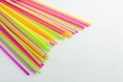 Tipo vibrante della plastica delle cannucce di colori Fotografie Stock