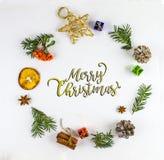 Tipografía de la Feliz Navidad RAMA DEL ABETO Y ORNAMENTO DE LA DECORACIÓN DE LA NAVIDAD EN CÍRCULO foto de archivo