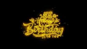 55.a tipografía del feliz cumpleaños escrita con los fuegos artificiales de oro de las chispas de las partículas