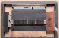 A tipografia datilografa dentro a perseguição de uma impressora fotografia de stock royalty free