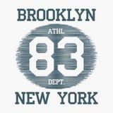 Tipografia de Brooklyn, New York City para t-shirt do projeto Gráficos do fato do esporte do número no fundo chocado Ilustração d ilustração stock