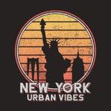 Tipografia do slogan de New York para o t-shirt do projeto com construções da cidade Cópia original do grunge de NYC para o t-shi ilustração do vetor