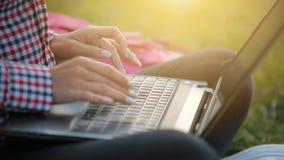 Tipos de la muchacha en el teclado almacen de video