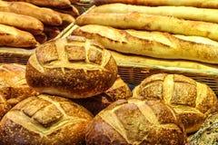 Tipos de Varioues de pão na exposição foto de stock