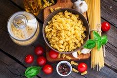Tipos diferentes da massa, dos tomates e das especiarias Vista superior Imagem de Stock Royalty Free