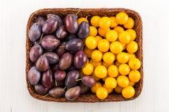 Tipos diferentes das ameixas na cesta Imagens de Stock Royalty Free