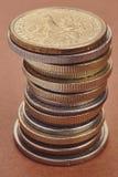 Tipos diferentes das moedas sobre um fundo vermelho Detalhe macro Fotos de Stock Royalty Free