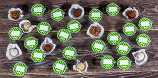 Tipos diferentes das trufas em formulários plásticos no fundo preto Fotografia de Stock Royalty Free