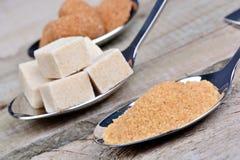 Tipos diferentes de açúcar em uma colher de prata Foto de Stock
