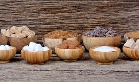 Tipos diferentes de açúcar no muitas bacias na tabela Imagem de Stock Royalty Free