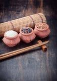 Tipos diferentes de arroz em umas bacias Foto de Stock