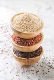 Tipos diferentes de arroz no bacias de madeira Fotografia de Stock Royalty Free