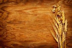 Tipos diferentes de cereais indicados no fundo da madeira do vintage Imagens de Stock Royalty Free