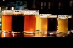 Tipos diferentes de cerveja na barra imagem de stock royalty free