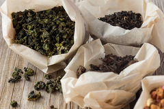Tipos diferentes de chá em uns sacos de papel Imagem de Stock Royalty Free