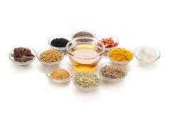 Tipos diferentes de especiarias indianas nas bacias de vidro Fotografia de Stock